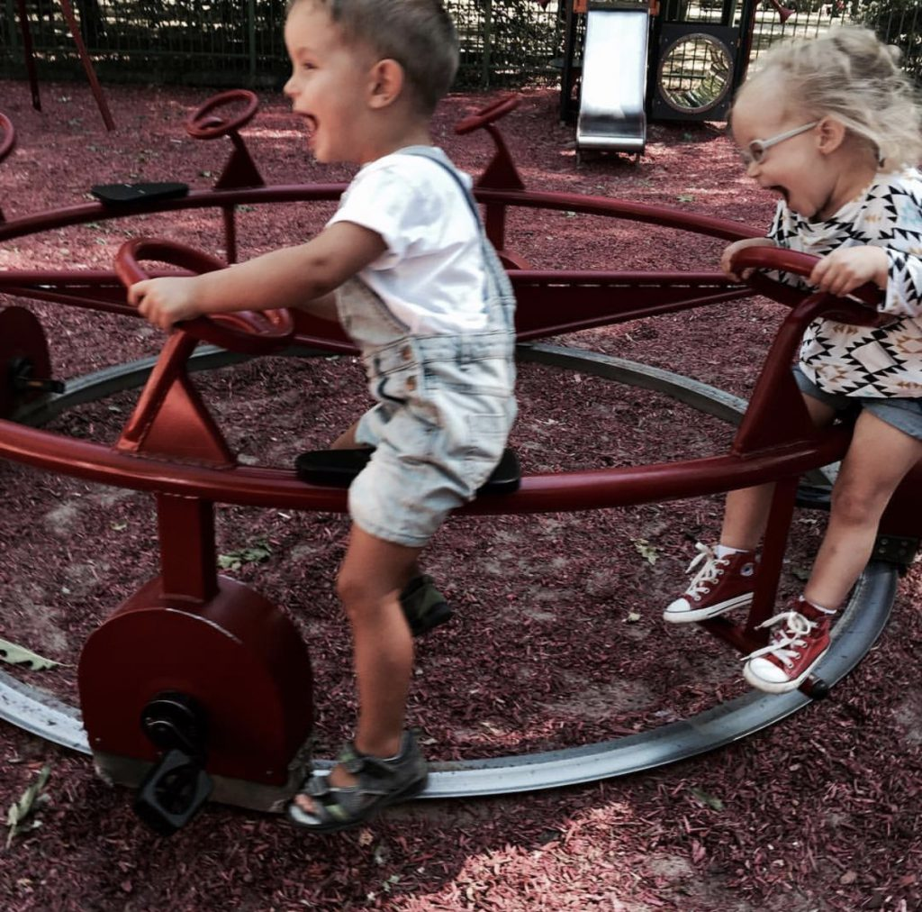 dzieci na karuzeli