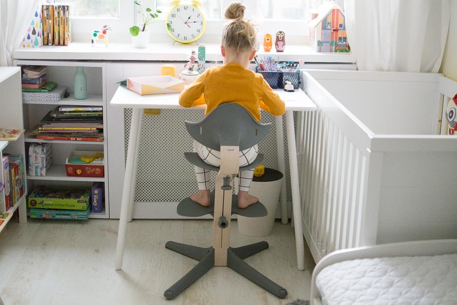 siedzi prawidłowo przy biurku