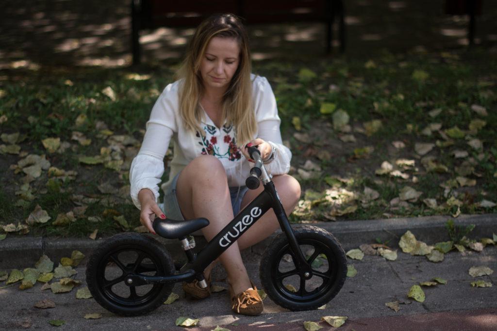 czarny cruzee - rower biegowy dla dziecka