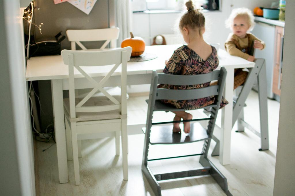 dziecko siedzi na Stokke Tripp trapp  krzesełko do karmienia