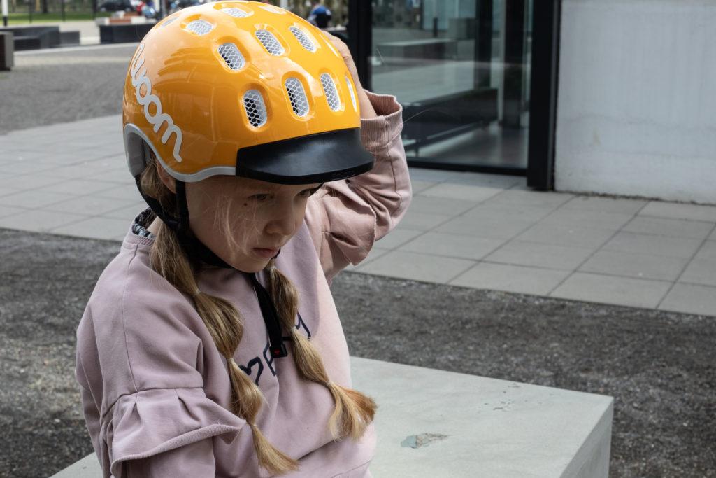 dziecko w kasku rowerowym