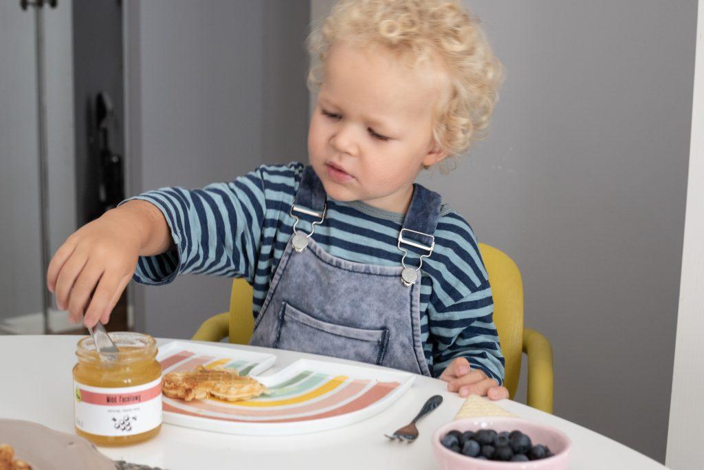 dziecko przy śniadaniu