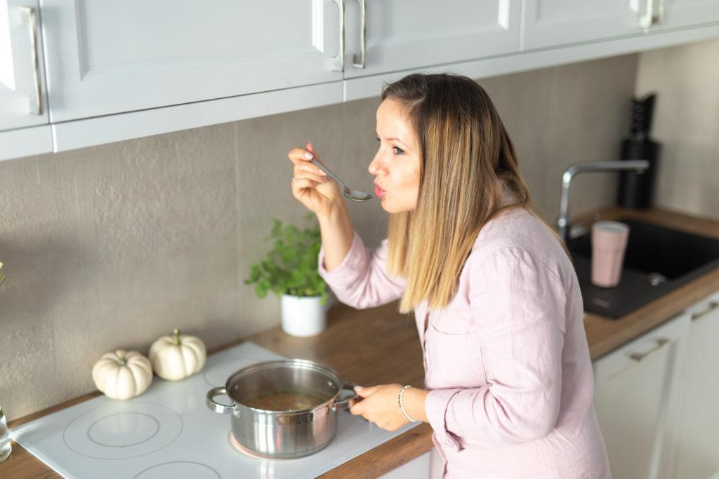 kucharka sprawdza czy danie jest smaczne