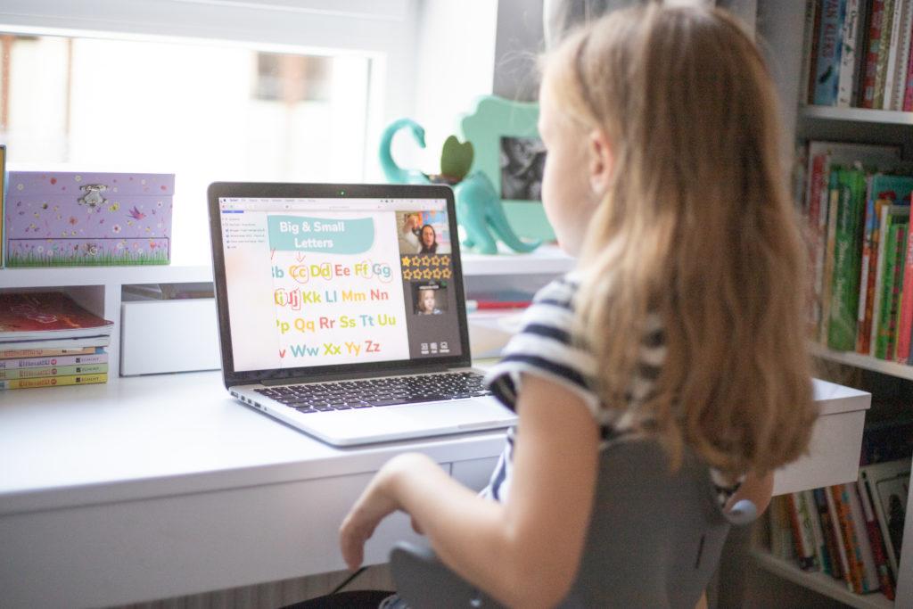 Dziecko podczas nauki angielskiego online