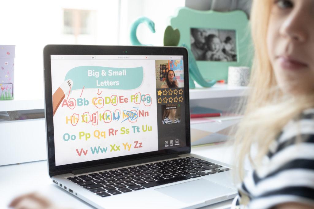 nauka angielskiego dla dzieci - dzieczko uczy się alfabetu online