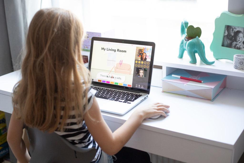 dziecko przed komputerem uczy się angielskiego online - jak wygląda nauka angielskiego dla dzieci