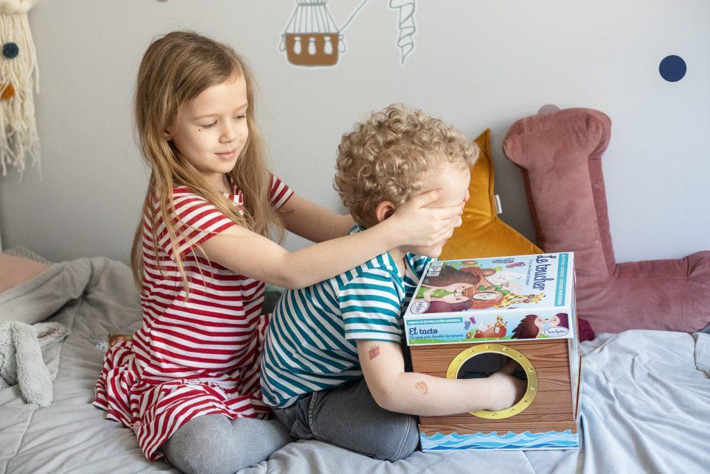 siostra zasłania oczy bratu - lotto dotykowe - gra dla dzieci