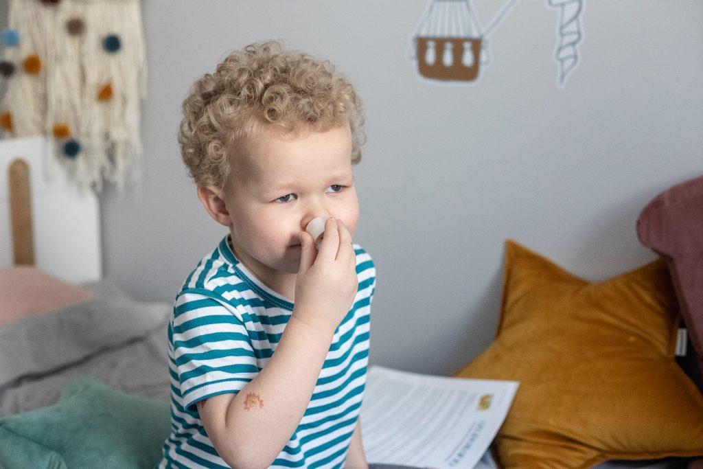 dziecko wącha - gra dla dzieci