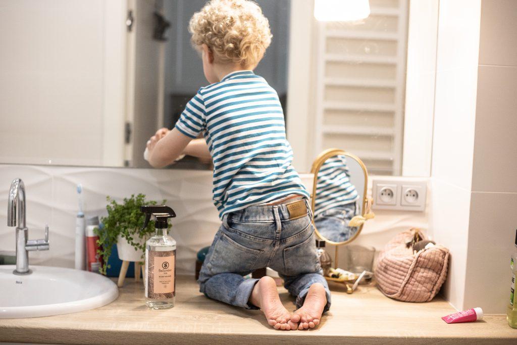 dziecko sprząta lustro