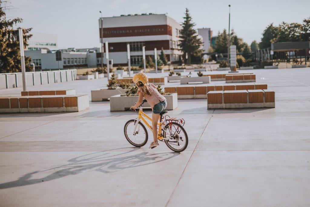 dziewczynka na żółtym rowerze - Jak nauczyć dziecko jeździć na rowerze