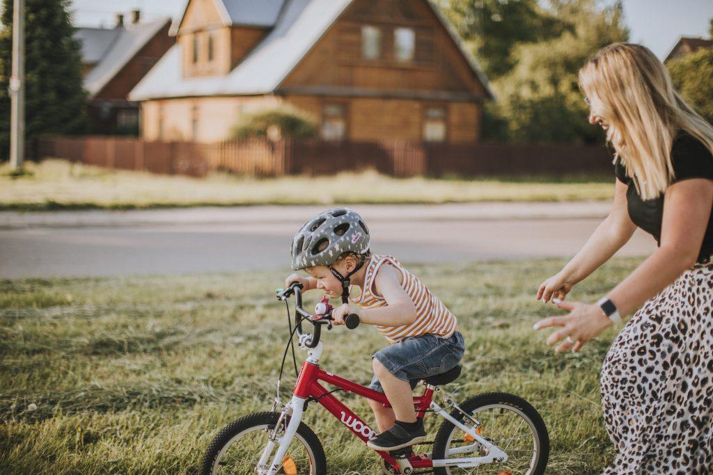Jak nauczyć dziecko jeździć na rowerze - trzeba jechać z górki