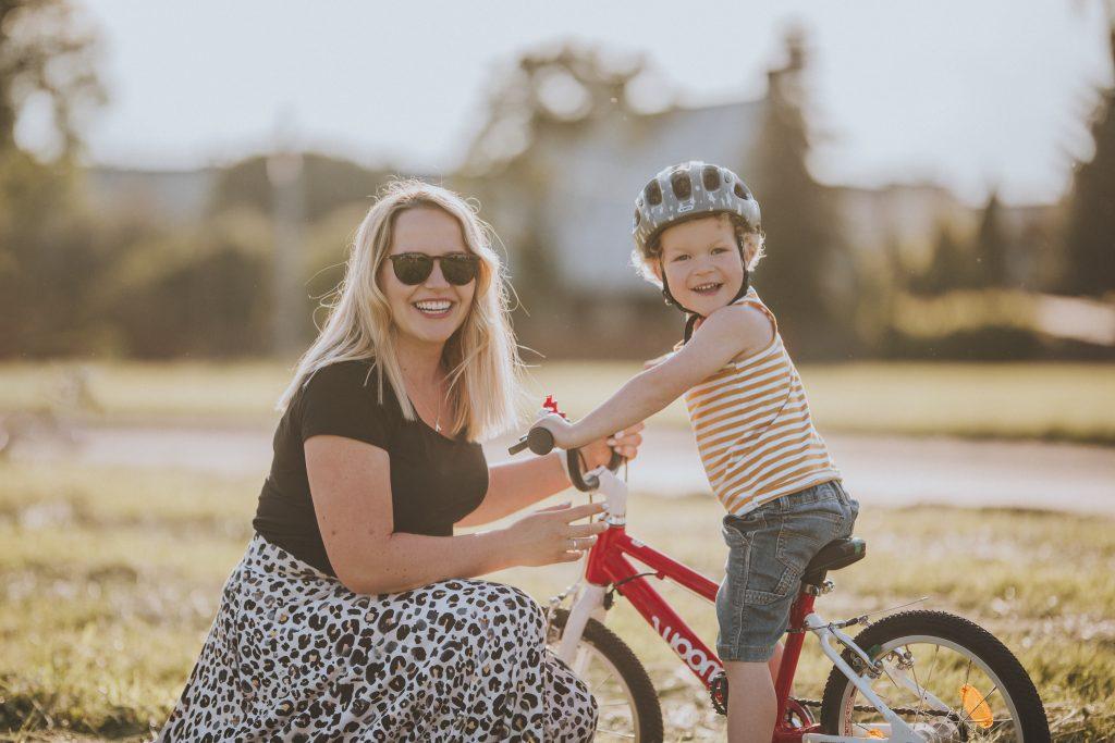 mama i syn przy rowerze