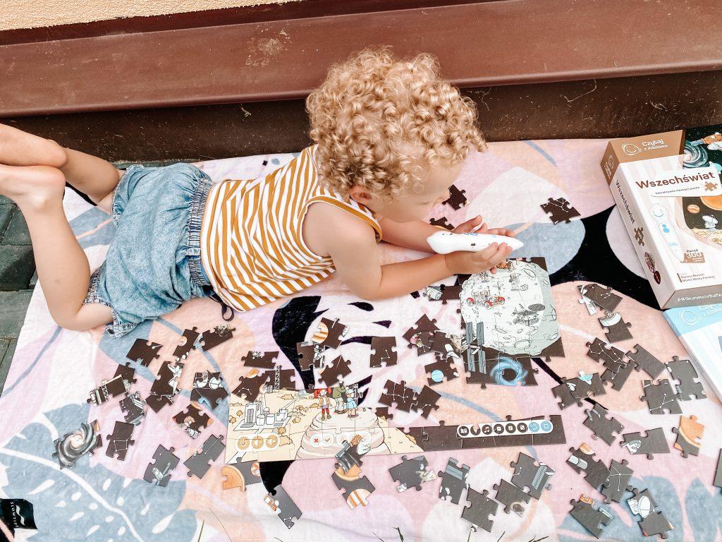 dziecko ukłąda puzzle Albika