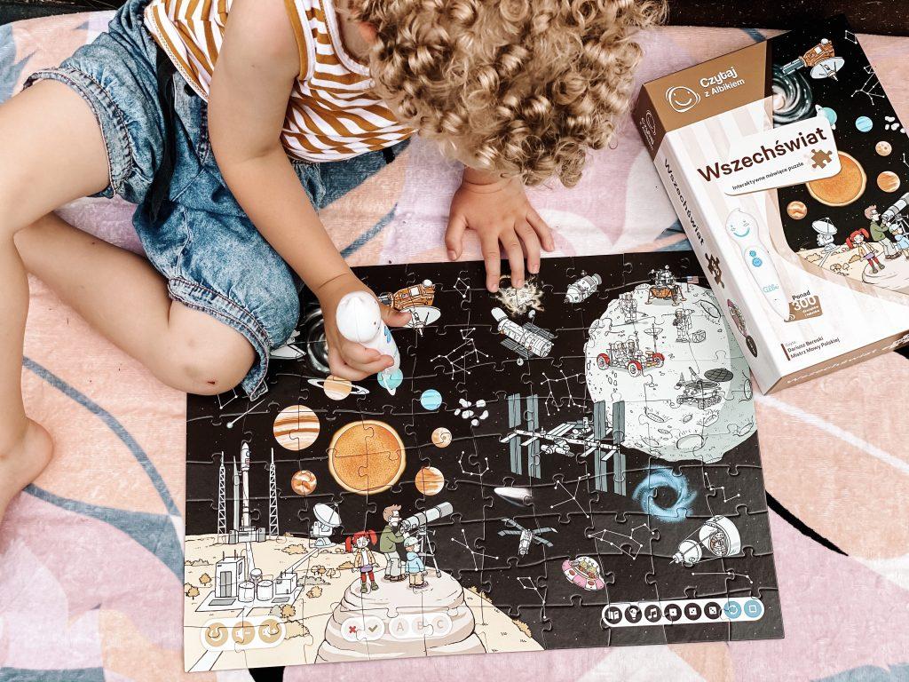 ułożone puzzle wszechświat