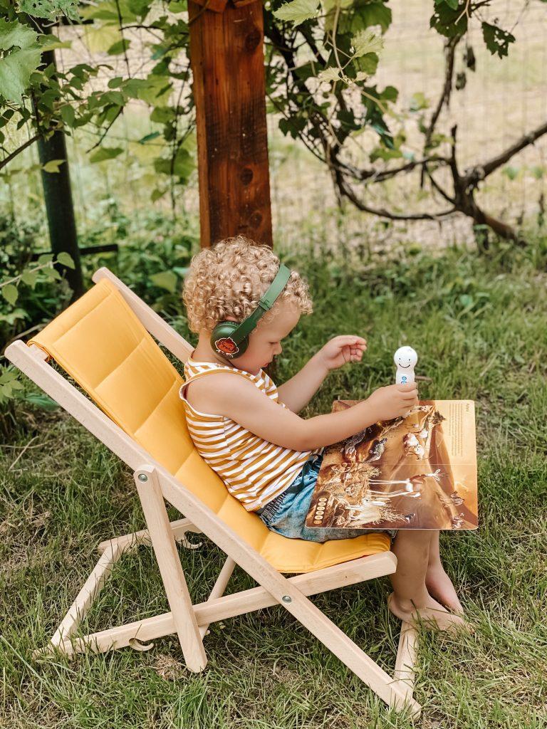 dziecko bawi się piórem Albik