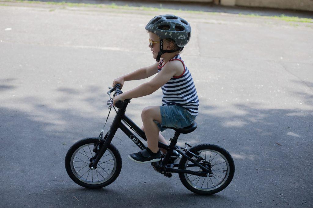 czarny KUbikes - 4 latek na rowerze