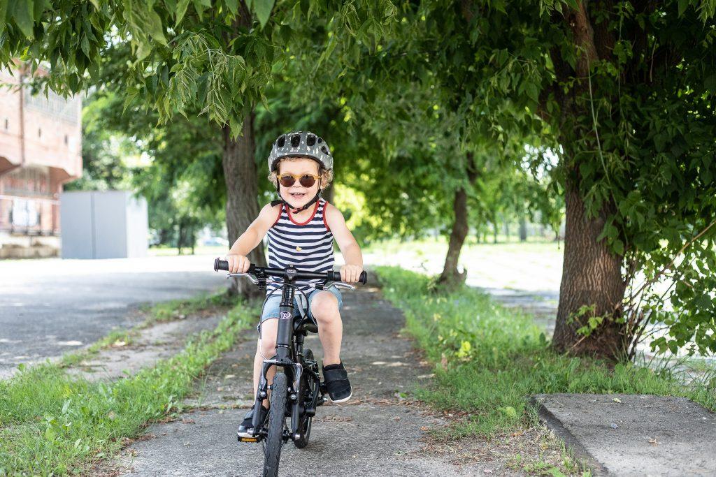 Pierwszy rower dla dziecka - chłopiec na rowerze KUbikes