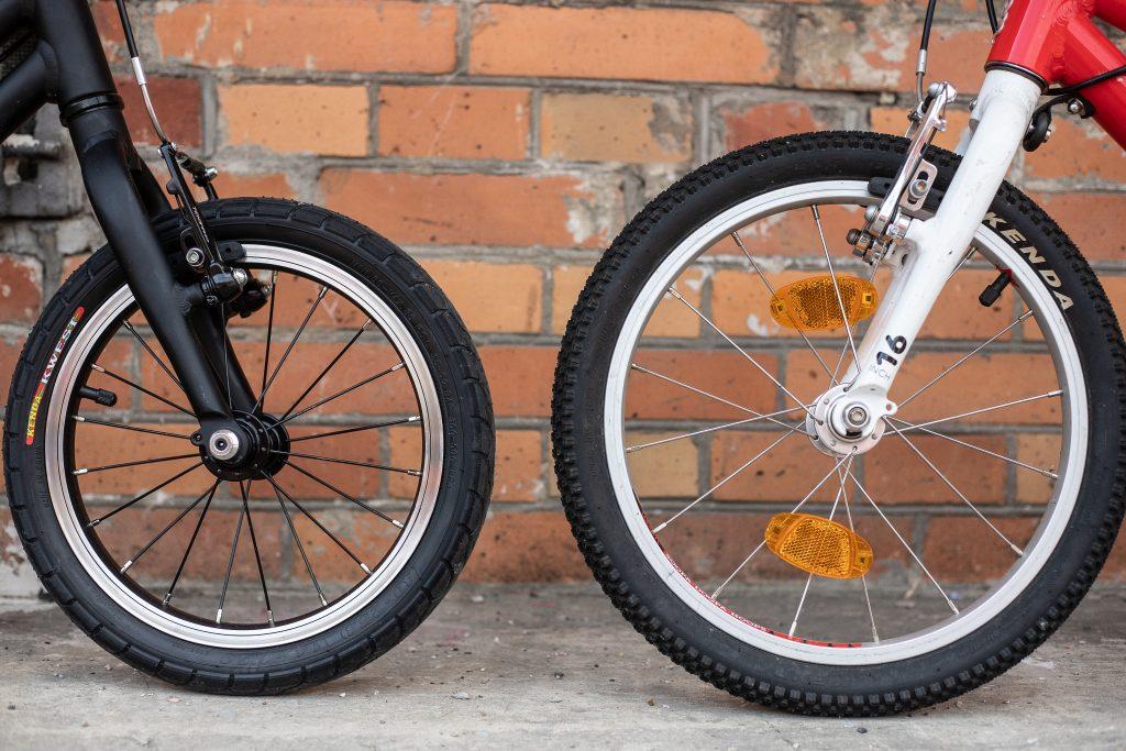 pierwszy rower dla dziecka - KUbikes vs Woom - porównanie odblasków na kołach