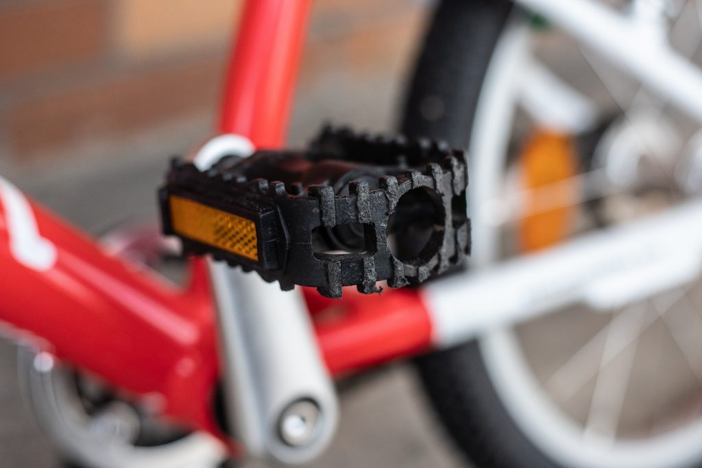 KUbikes vs Woom - pedał w rowerze Woom