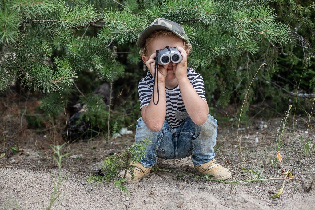 dziecko patrzy przez lornetkę
