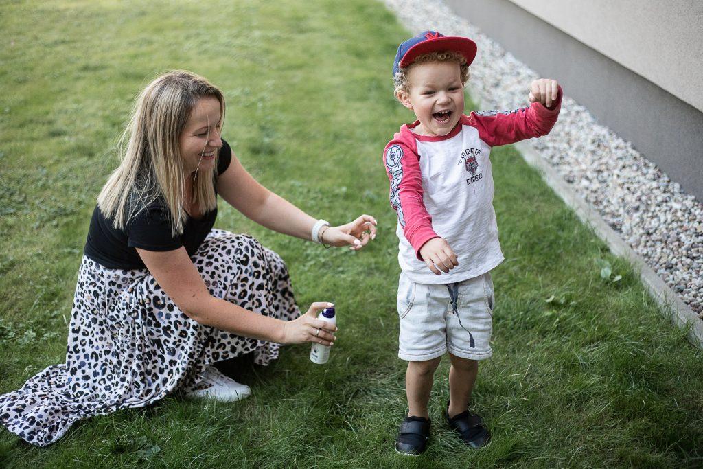 mama psika dziecko preparatem kick the tick - sposoby na komary i kleszcze