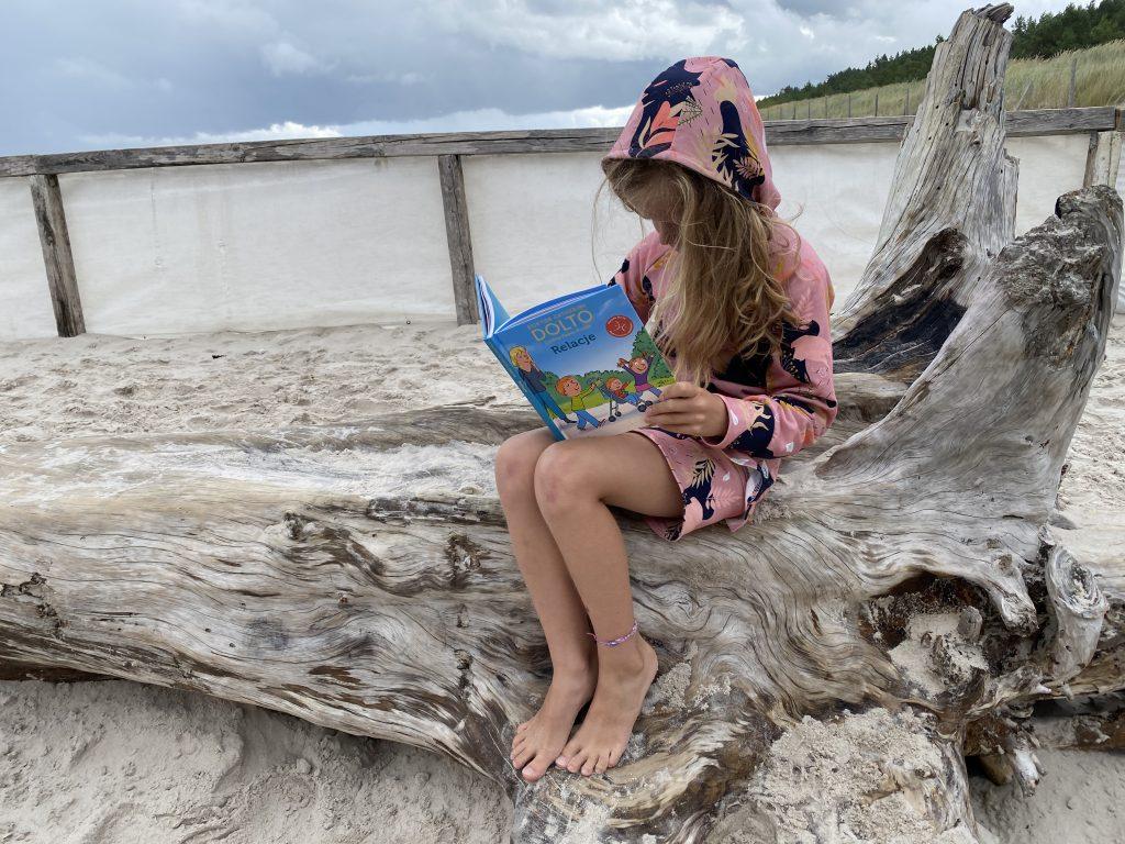 dziewczynka czyta książkę dr dolto relacje