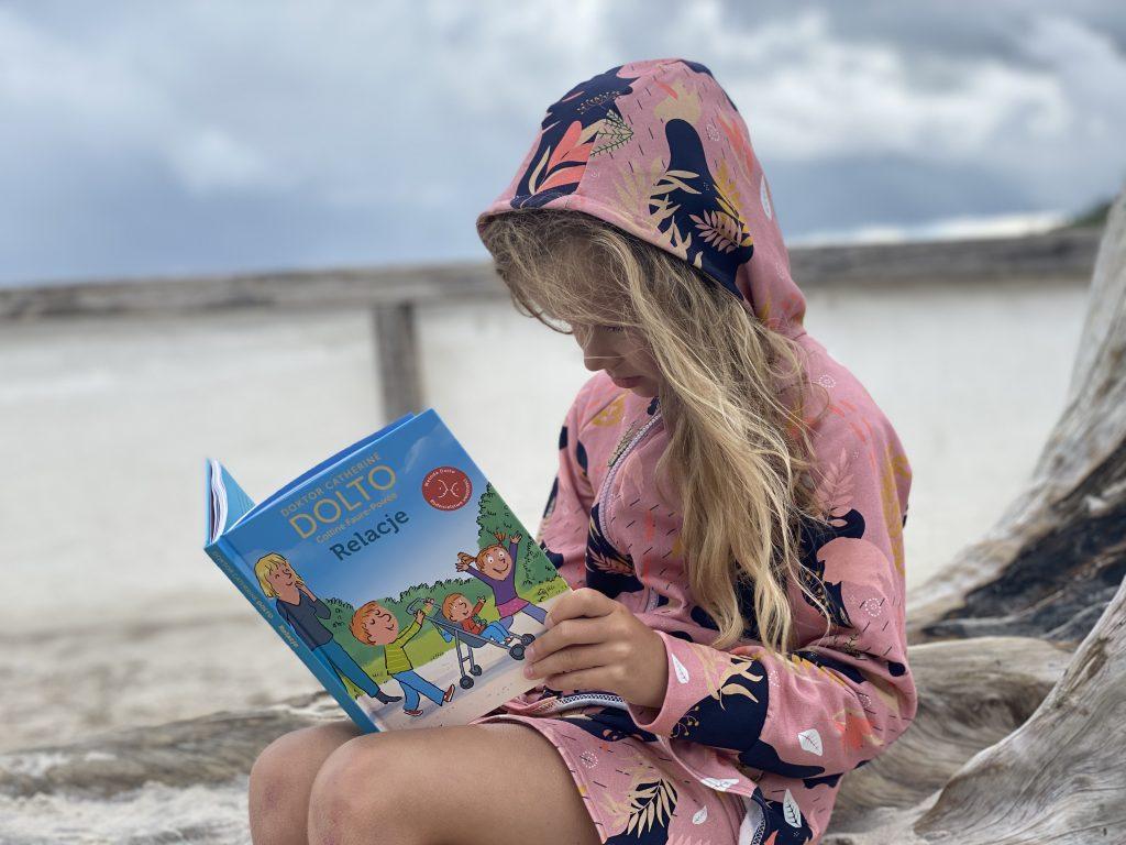 dziewczynka czyta książkę dr dolto - Relacje