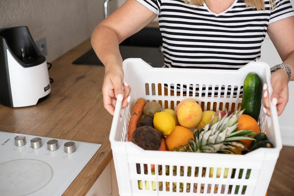skrzynka pełna warzyw i owoców