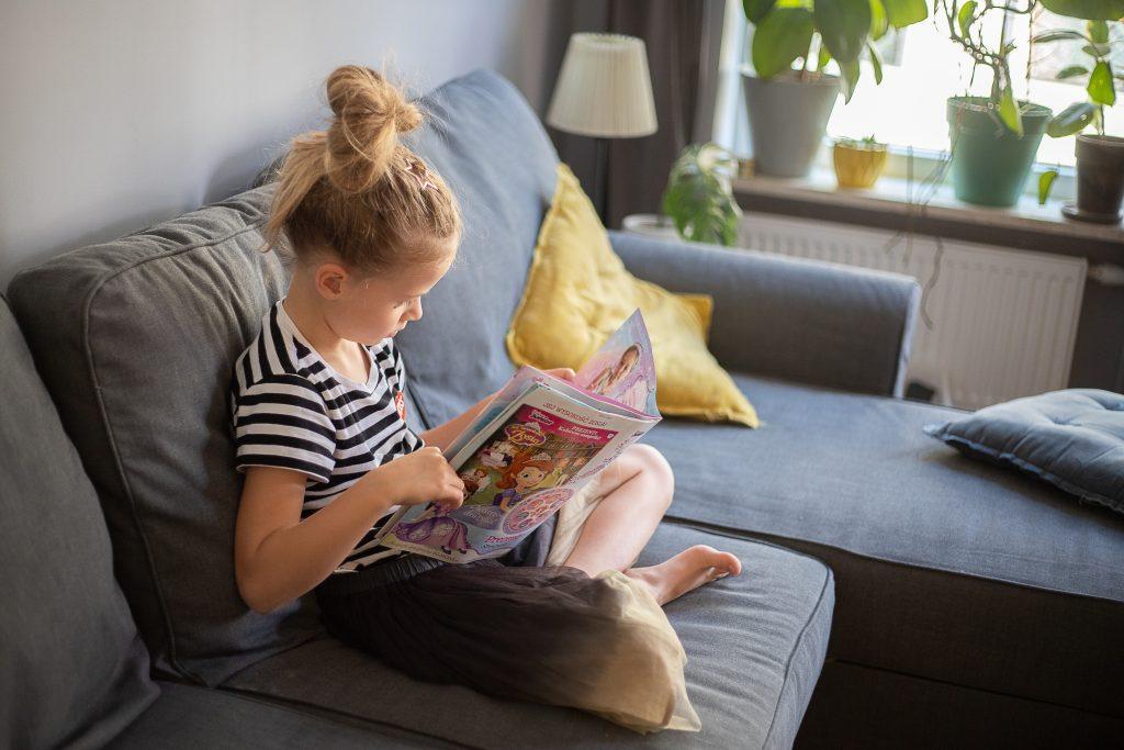 dziewczynka czyta gazetę księżniczka