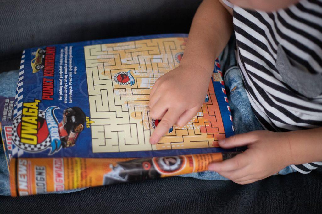dzieck robi labirynt w gazecie hot wheels