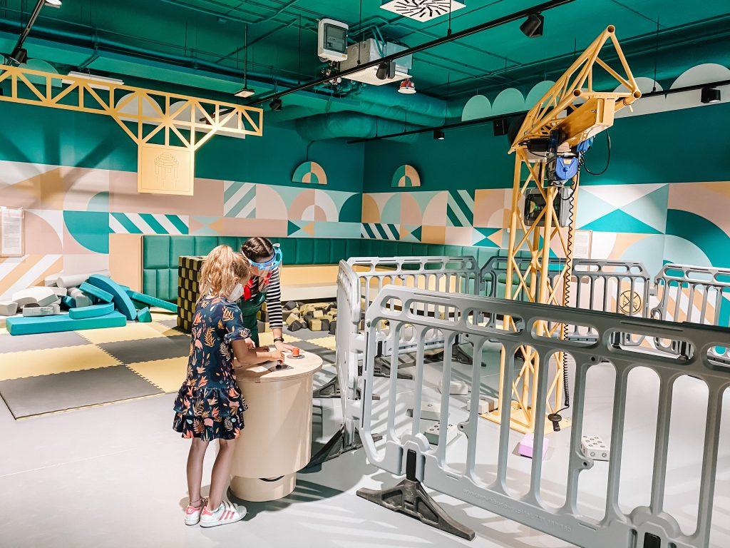 dzieci pracują z dźwigiem magnetycznym w epicentrum