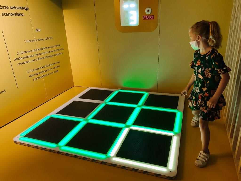 dziecko gra w grę pamięciową w epicentrum