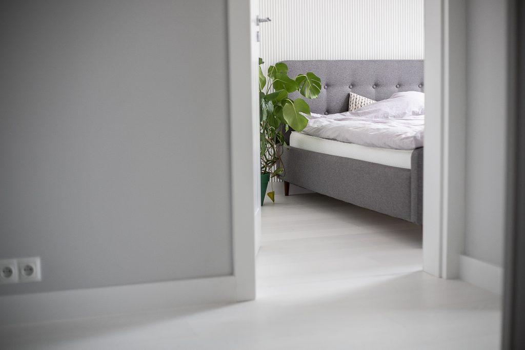 zdjęcie wnętrza, korytarz i widok na sypialnię