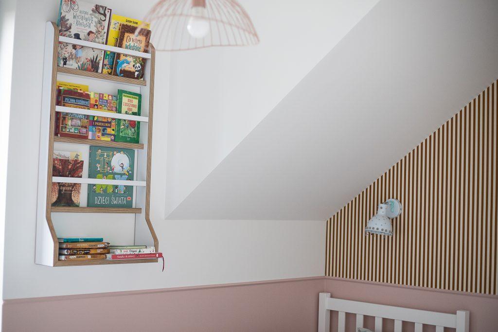 szafka na książki wisząca na ścianie