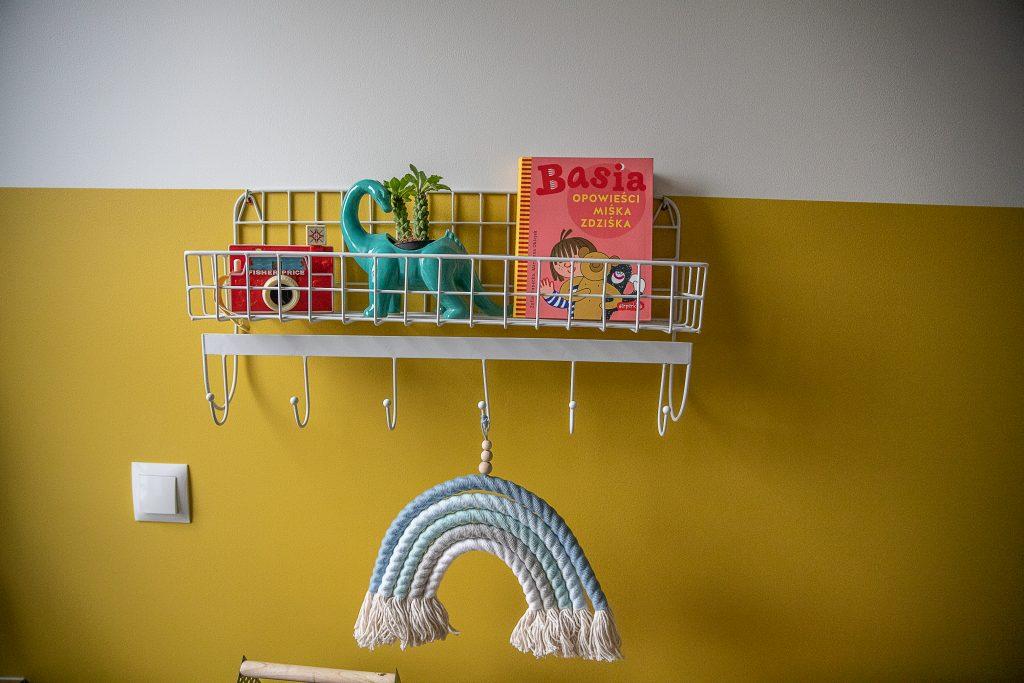 półka a na niej zabawki oraz książka z serii o basi - opowieści miśka zdziśka