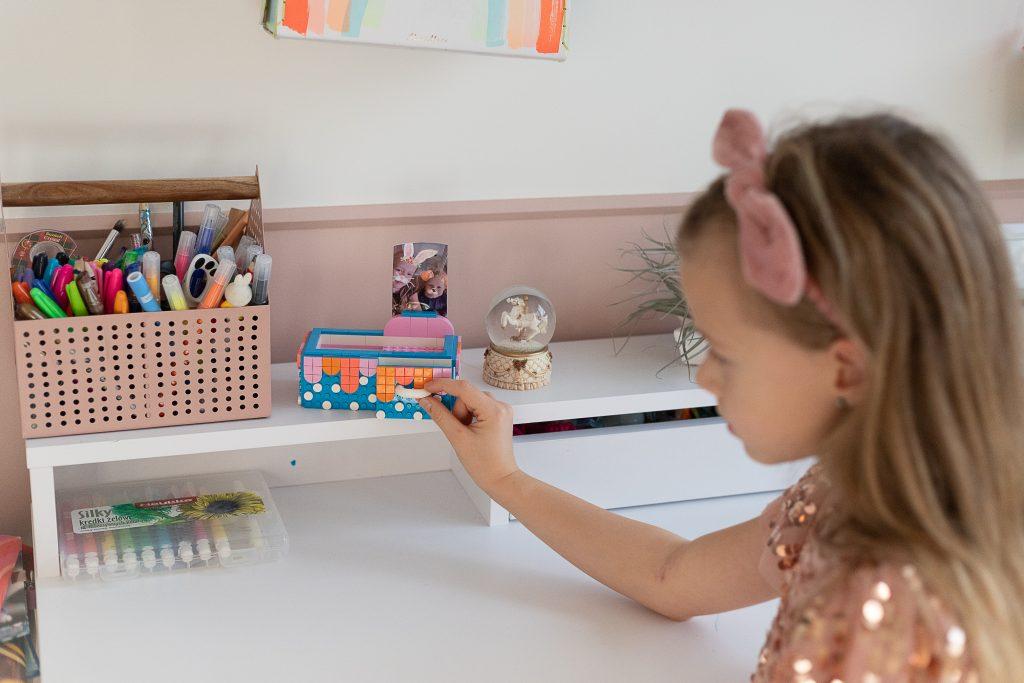 dziewczynka bawi się LEGO