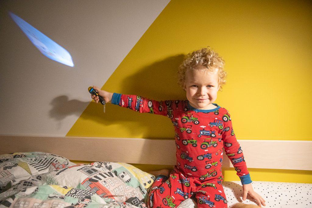 chłopiec z latarką projektorem