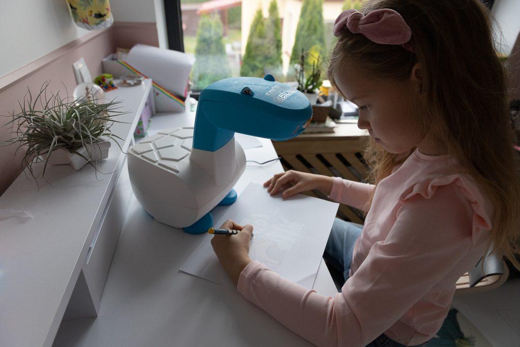 dziecko rysuje z projektora