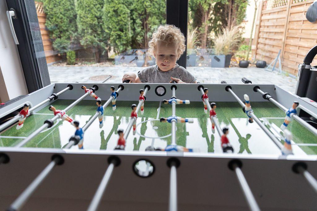dziecko gra w piłkarzyki