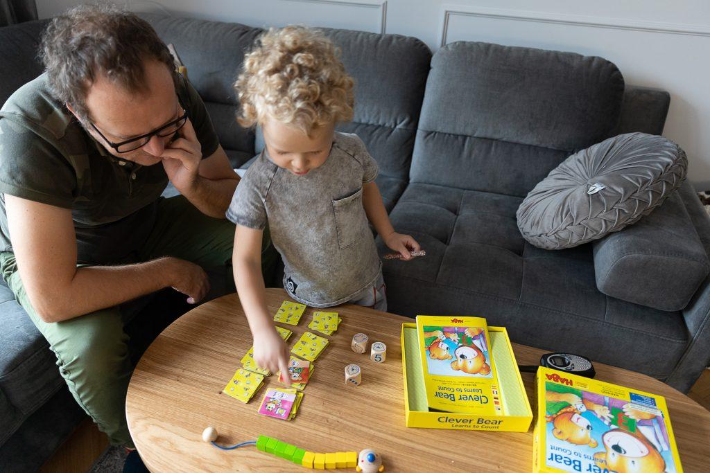 tato i syn grają w Mądry miś uczy się dodawać