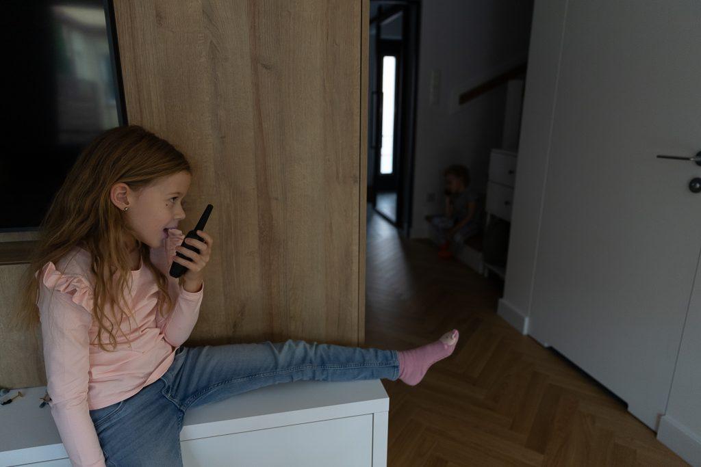 dzieci bawią się walkie talkie