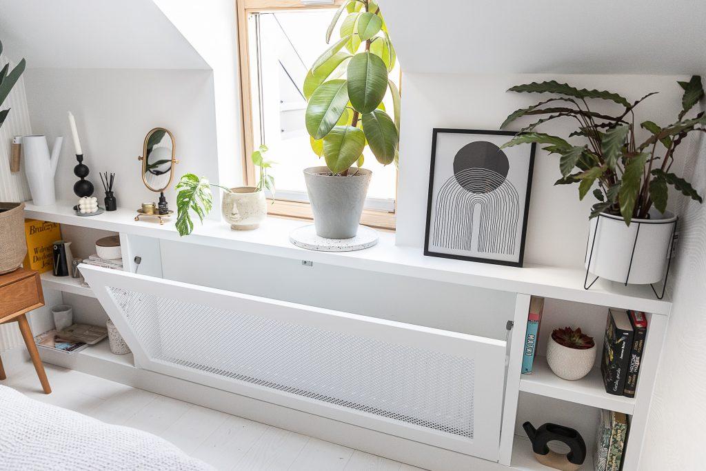 parapet i zabudowa na kwiaty i książki - nowczesna sypialnia