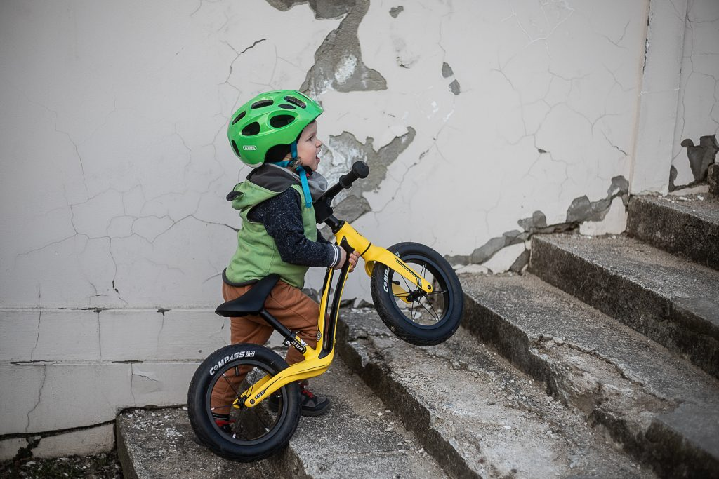 dziecko niesie biegówkę bungi bungi