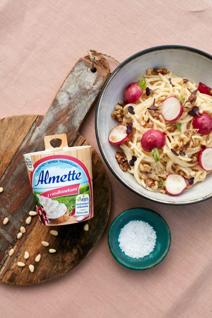 przepis na Kremowe spaghetti z serkiem Almette z rzodkiewkami, smażonymi rzodkiewkami i orzechami