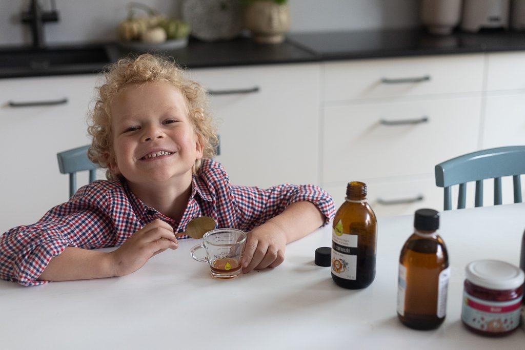 dziecko pije na odporność olej z czarnuszki