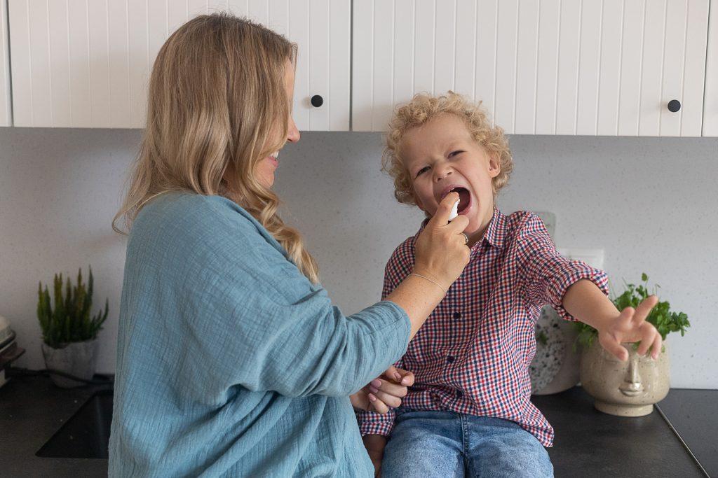 dziecko dostaje witaminę D3 na odporność